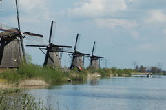 在风车的独特的全景在小孩堤防,荷兰 免版税图库摄影
