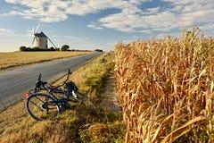 在风车附近的Biketrip在诺曼底 免版税库存图片