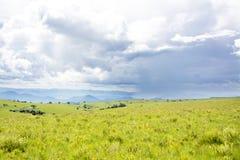 在风雨如磐的云彩下的美丽的山 免版税图库摄影