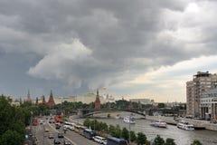 在风雨如磐的云彩下的莫斯科 库存照片
