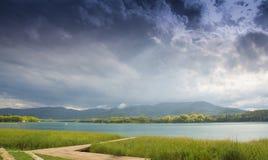 在风雨如磐的云彩下的Banyoles湖 免版税库存照片