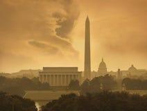 在风雨如磐的云彩之下的华盛顿特区地平线 免版税库存图片