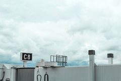 在风雨如磐的云彩前面的机场波士顿马萨诸塞终端skybridge 库存照片