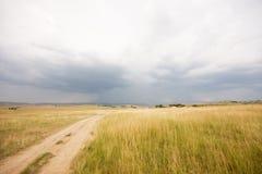 在风雨如磐的天空的农场土地 免版税图库摄影
