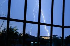 在风雨如磐的天空的闪电 免版税库存图片