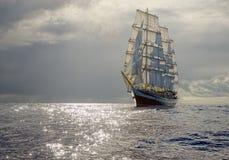 在风雨如磐的天空背景的帆船  航行 豪华游艇 库存照片