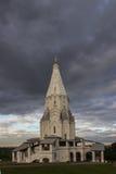 在风雨如磐的天空001的背景的寺庙 库存照片