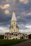 在风雨如磐的天空002的背景的寺庙 免版税库存照片