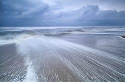 在风雨如磐的沿海的被弄脏的波浪 免版税库存照片