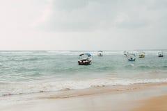 在风雨如磐的波浪的小船 图库摄影