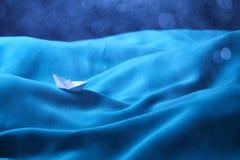 在风雨如磐的海困住的小船,消沉-系列9的概念 免版税库存照片