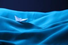 在风雨如磐的海困住的小船,消沉-系列3的概念 库存图片