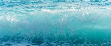 在风雨如磐的海的大蓝色波浪 免版税库存图片