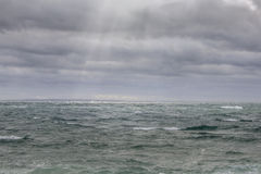 在风雨如磐的海洋的阳光 图库摄影