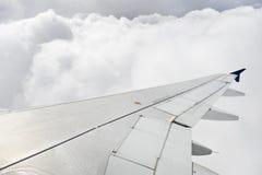 在风雨如磐的飞行期间的飞机翼 免版税库存照片