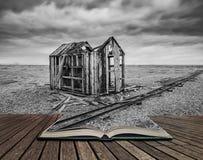 在风雨如磐的Wi期间,遗弃渔小屋和路轨在木瓦靠岸 免版税库存图片