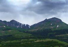 在风雨如磐通过的天空的山 免版税库存图片