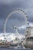 在风暴下的伦敦眼,从威斯敏斯特桥梁的看法 图库摄影