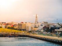 在风暴与剧烈的云彩,冰岛之前的雷克雅未克都市风景 免版税库存照片