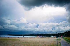 在风暴之前的海滩 库存图片