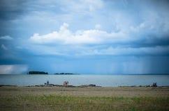 在风暴之前的海滩 免版税库存照片