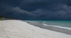 在风暴之前的海滩 免版税库存图片