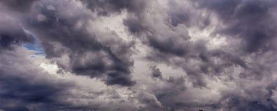 在风暴前的云彩 免版税图库摄影