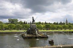 在风暴前的喷泉海王星 Petrodvorets 库存图片