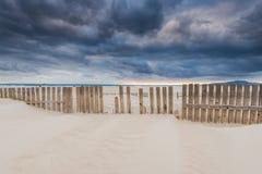在风暴前的天空在海洋的海滩在西班牙 免版税库存图片