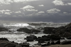 在风暴前的岩石沿海 免版税库存照片