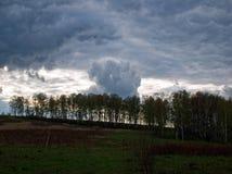 在风暴前的春天天空 免版税图库摄影