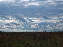 在风暴前的春天天空 库存照片