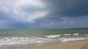 在风暴前的沙子海滩 免版税图库摄影