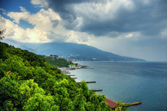 在风暴前的海湾 蓝色克里米亚小山横向赤裸天空 背景蓝色云彩调遣草绿色本质天空空白小束 免版税库存图片