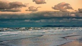 在风暴前的海洋日落 严重的天空 库存图片