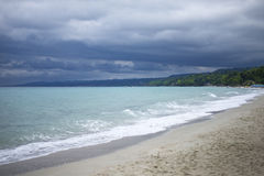 在风暴前的海滩 库存图片