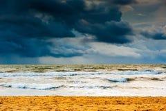 在风暴前的海洋 免版税库存照片