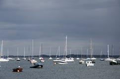 在风暴前的游艇 免版税库存图片