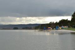 在风暴前的湖 背景 图库摄影