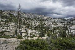 在风暴前的花岗岩山 库存图片