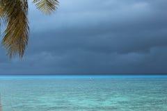 在风暴前的蓝色海洋 库存照片