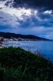 在风暴前的镇静海洋与雨云 库存照片