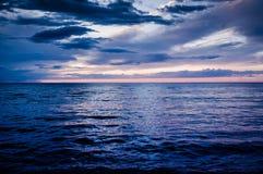 在风暴前的镇静海洋与雨云 图库摄影
