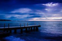 在风暴前的镇静海洋与雨云 免版税库存照片