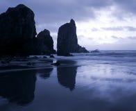 在风暴前的黄昏海上 图库摄影