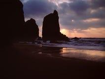 在风暴前的黑暗的日落海上 库存图片