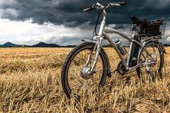 在风暴前的E自行车 免版税库存图片