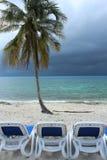 在风暴古巴前的蓝色海洋和躺椅 库存照片