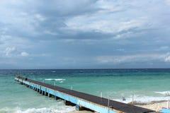 在风暴古巴前的蓝色海洋小游艇船坞 免版税库存照片