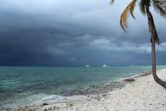 在风暴古巴前的蓝色海洋 库存图片